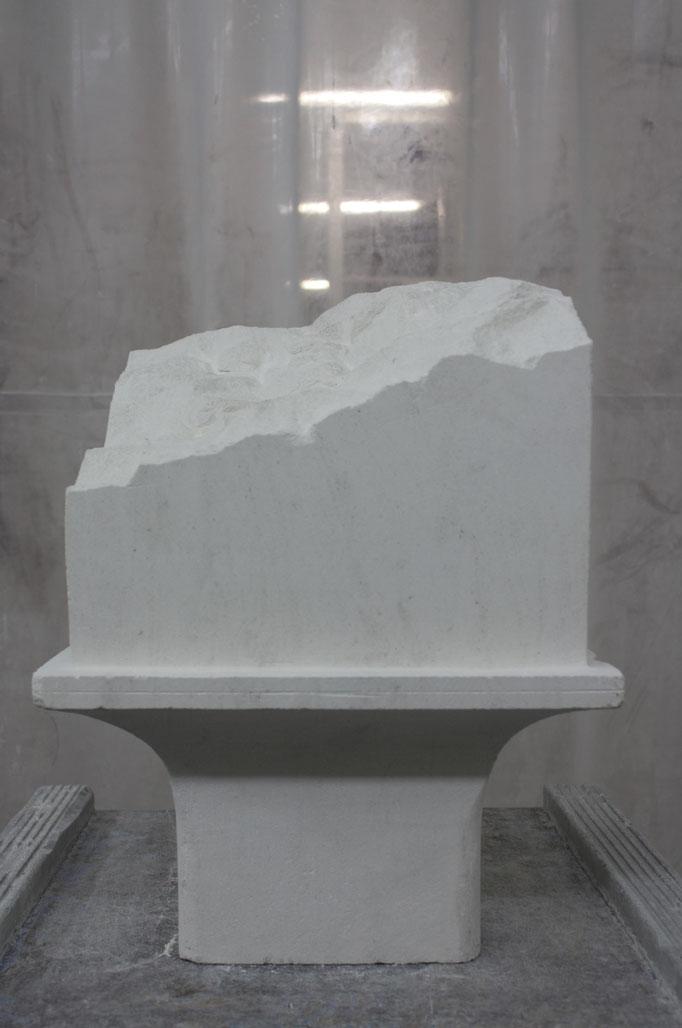 Vue d'atelier de Affleurement, élément en pierre 25x25x45 cm, 2018. Produit dans le cadre de la résidence Excellence des Métiers d'Art soutenue par la DRAC Bourgogne-Franche-Compté et accompagnée par Les Ateliers Vortex.