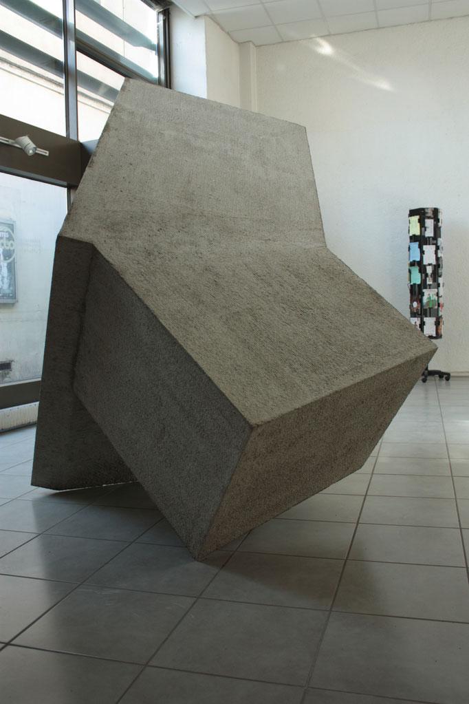 Le Passeur, béton, polystyrène, 220x240x120 cm, 2015. Vues de l'exposition Take Shelter! à l'ABC, Dijon.