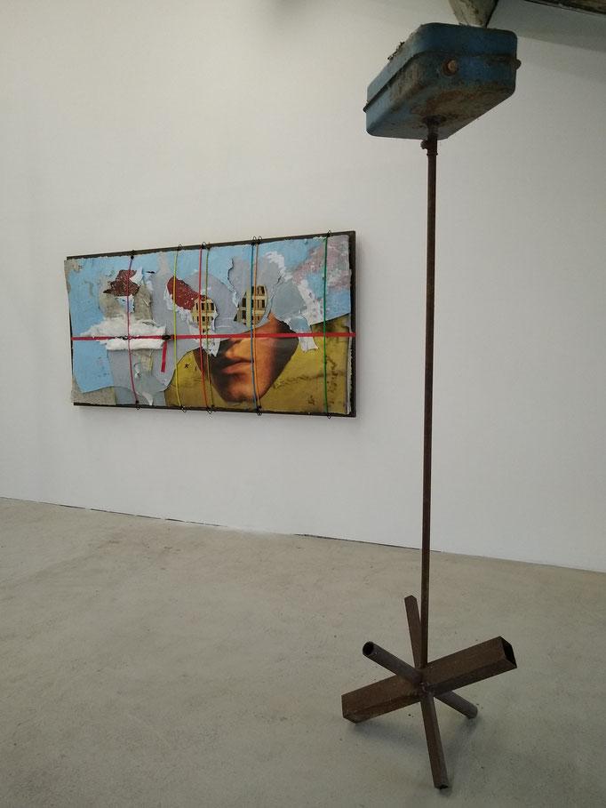 Vue de l'expostion In Two aux Ateliers Vortex, 2021. De gauche à droite : Là haut, de Charles Thomassin, Juillettiste, de Marion Lemaître. Photo : Marion Payrard.