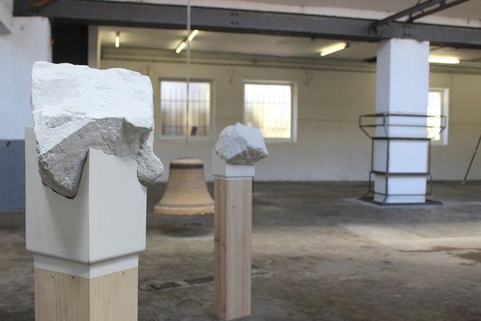 Les Pierres blanches, pierre et bois, ensemble de 5 sculptures, dimentions variable, vue de l'exposition AMER, Atelier Chiffonnier, 2015. Photo Salomé Joineau.
