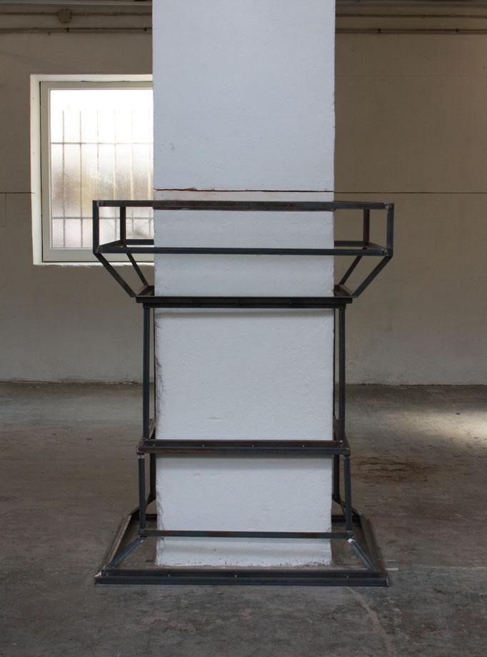 150 cm de pilastre, acier, 100x80x150 cm, vue de l'exposition AMER, Atelier Chiffonnier, 2018.