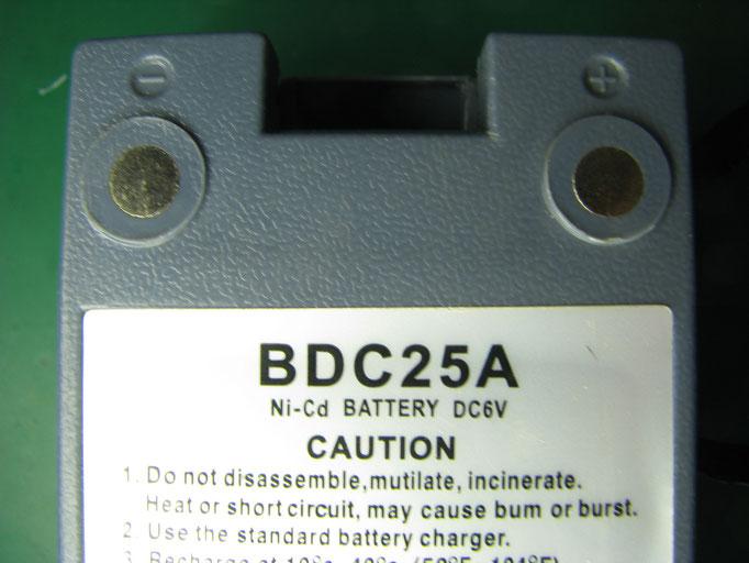 純正品とは 電池端子部の形状が違う。