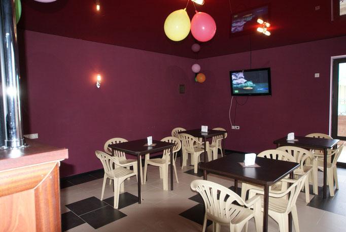 Также в баре можно посмотреть кабельное TV, фильмы на DVD, послушать музыку, спеть караоке, на балконе бара также стоят столы и стулья !