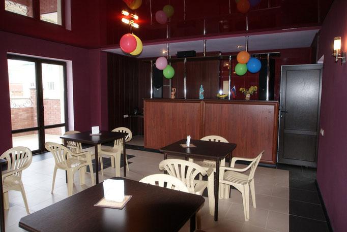 В баре Вы можете воспользоваться разнообразной посудой, печью СВЧ, выпить чай, кофе или бокал вина в любое время суток !