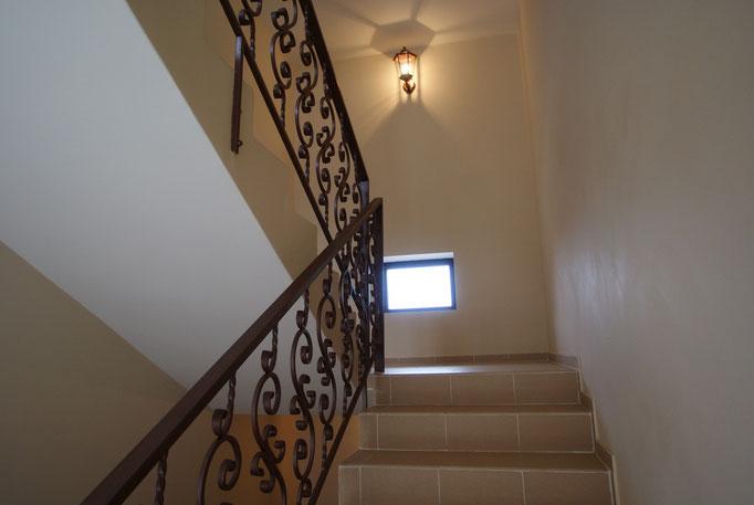 Лестничные пролёты с удобным шагом ступенек и кованными перилами, украшены красивыми светильниками !