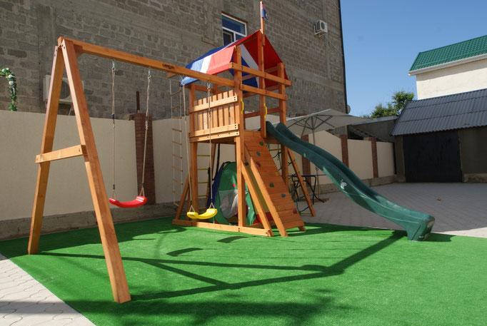 Детская игровая площадка на мягком искусственном газоне !