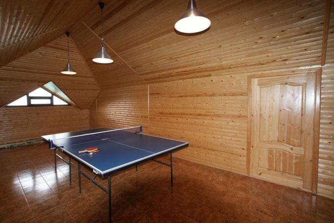 Теннисный стол на чердаке, рядом диваны для отдыха, настольный футбол для детей !