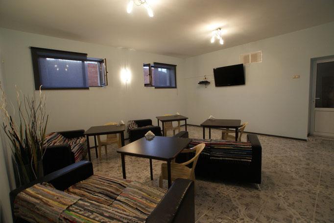 Видео-зал с мягкими диванами, для просмотра TV и DVD, а также здесь проводим завтраки, обеды, ужины !