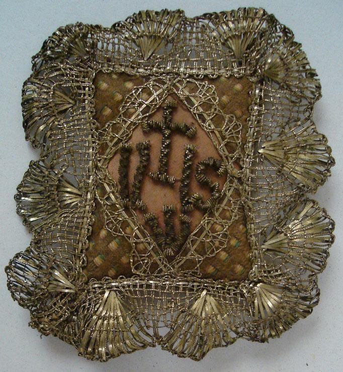 Inv.-Nr. Kc 0189. Breverl / Heiltumtäschchen. Eine Art Amulett. Klosterfrauenarbeit. 8.5x9.5 cm
