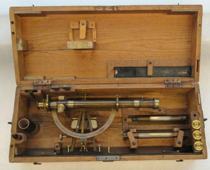 Inv.-Nr. Td 0084. Kippregel, Messtisch-Aufsatz zum Nivellieren, mit diversem Zubehör und Holzkiste. Um 1878. Firma Kern, Aarau. 57x15x24 cm