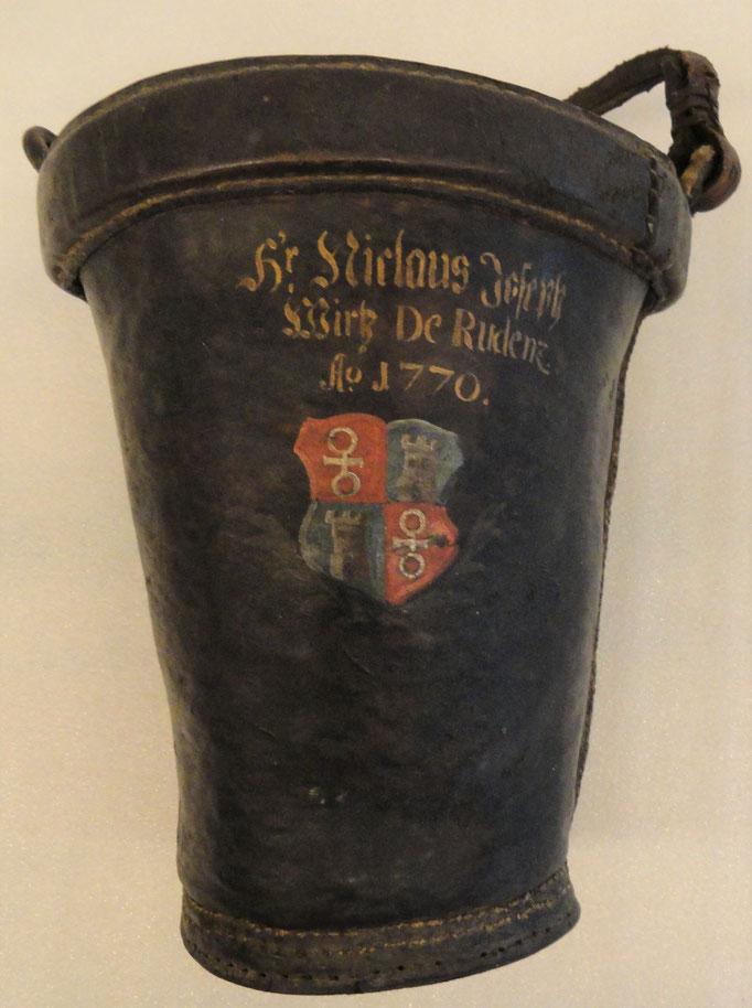 Inv.-Nr. H 0374. Wassereimer / Feuerlöscheimer des Niclaus Joseph Wirtz de Rudenz. Um 1770. Leder, mit Holzgriff. 27x30.5 cm