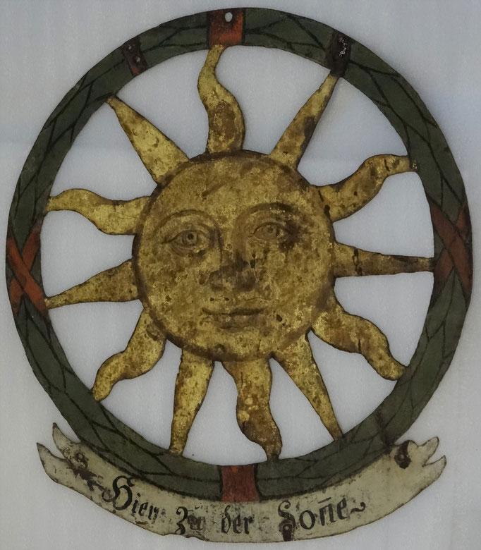 """Inv.-Nr. Bw 0001. Wirtshausschild """"Hier zu der Sonne"""" (heute Museumstrasse 1). 19. Jh. Eisenblech."""