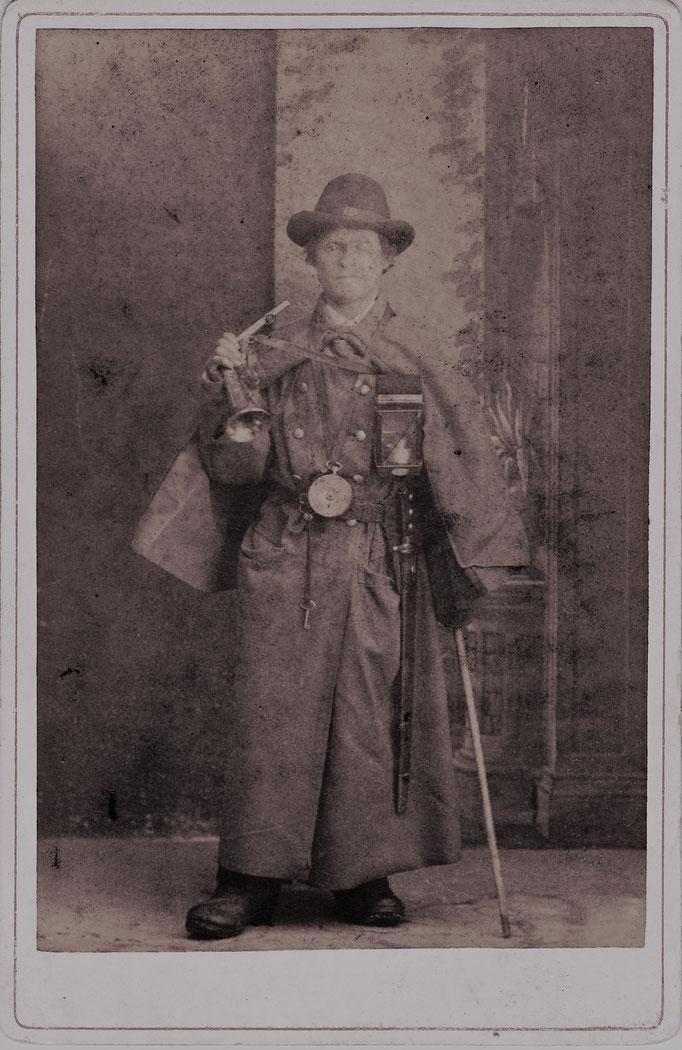 """Inv.-Nr. Gf 0070. Alois Burch """"Sternegugger Aloisi"""", der letzte Nachtwächter von Sarnen. Um 1899. Fotografie, Albuminpapier auf Karton geklebt. Fotograf unbekannt. 11x16.8 cm"""