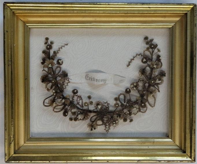 Inv.-Nr. Kb 0509. Haarbild / Andenken. 19. Jh. Geflochtene Haare, Holzrahmen. Evtl. in Frauenkloster hergestellt.