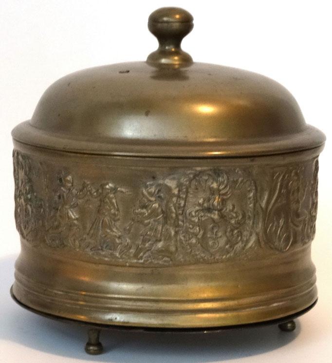 Inv.-Nr. H 0631. Spanische Suppenschüssel von Niklaus Wirz (1528-1556), mit tanzenden Paaren und dem Wirz-Wappen. Hergestellt in der Giesserei Füssli, Zürich. Bronze. 15.5x13cm