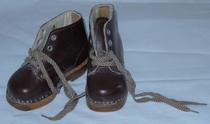 Inv.-Nr. Ta 0518. Kinderschuhe, Grösse 22, ungebraucht. Leder mit Holzsohle.