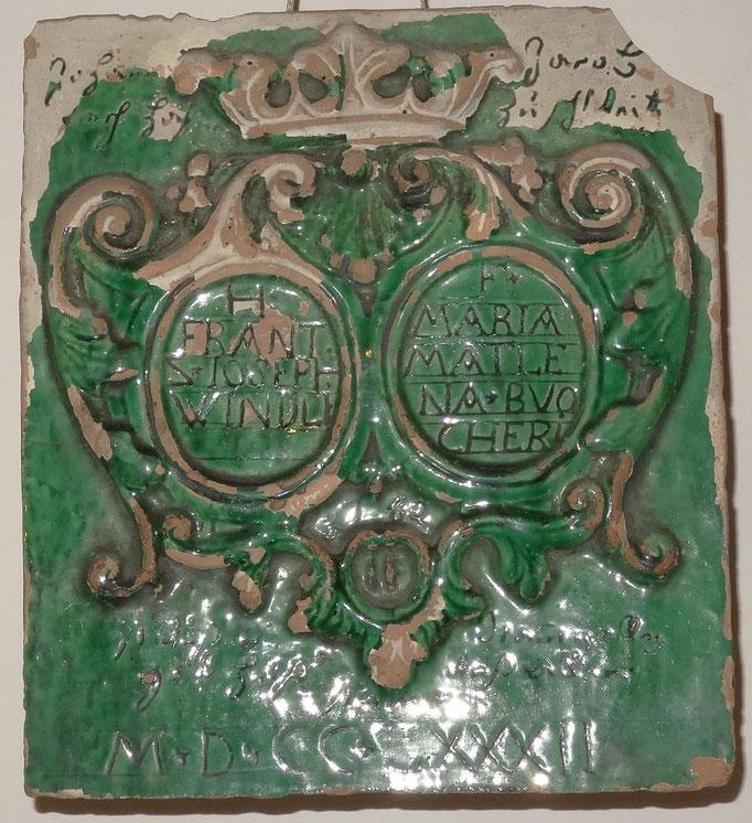 Inv.-Nr. E 0412. Allianzkachel für Frantz Joseph Windli und Maria Mattlena Buocher. 1782. Hafner: Johann Jacob Fach (1775-1783). 22x25x11 cm