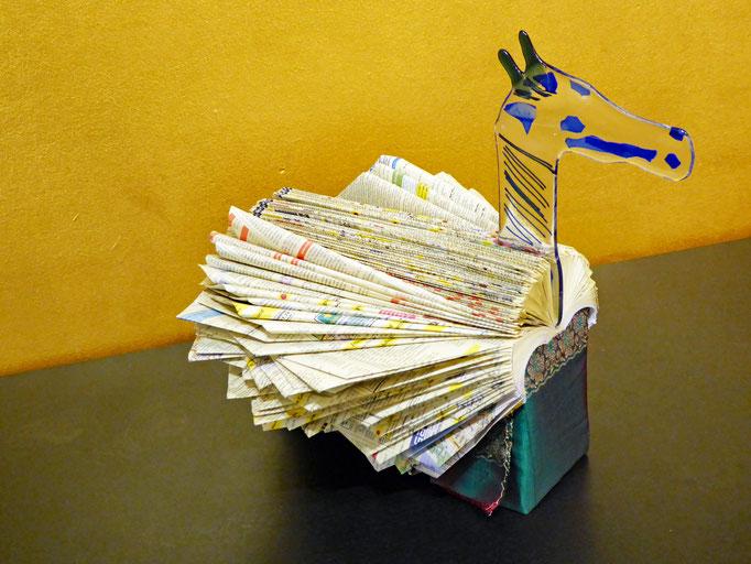 Buchfaltung mit Pferdekopf aus Glas