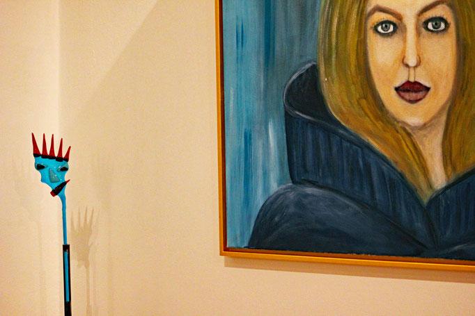 Teufelskopf aus Glas - vor Frauenporträt