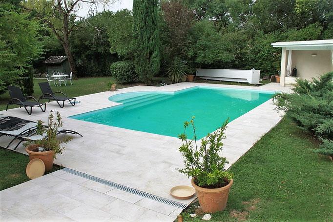 A Toulouse toutes les allées et plage de piscine refaite en pierre naturelle