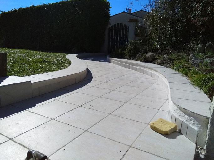 Allée de jardin en pierre blanche