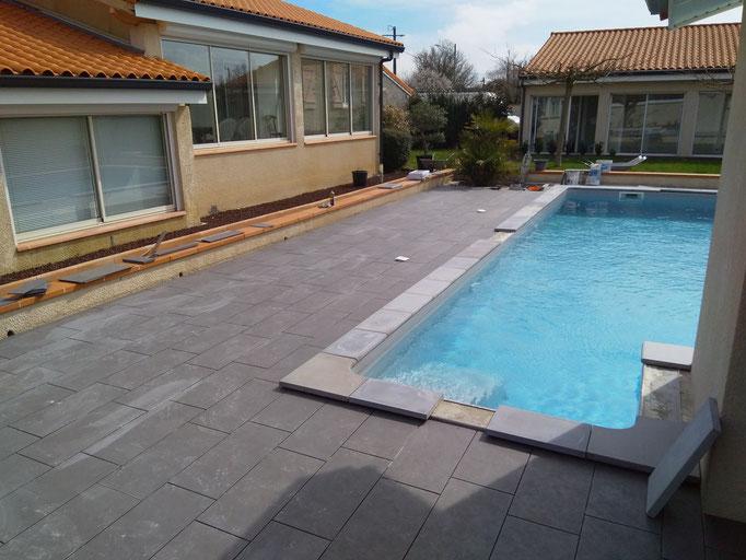 Dalle de piscine de couleur grise à Plaisance du Touch