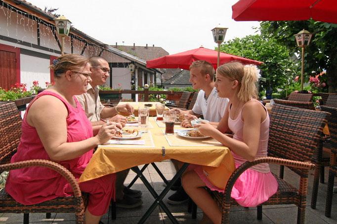 Gäste im Sommergarten