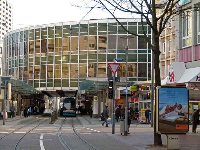 """""""Tortenschachtel"""" mit Straßenbahnhaltestelle"""