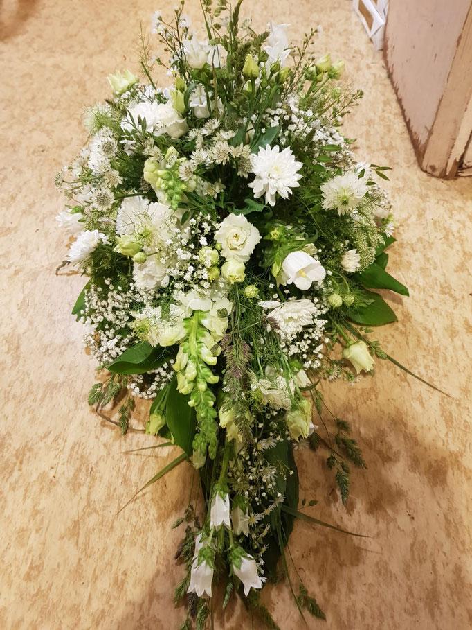 Grabgesteck weiß grün, natürlich gehalten ab 60€ erhältlich, wir passen es gern individuell an (Preis-,Farbe-,Blumenwunsch)