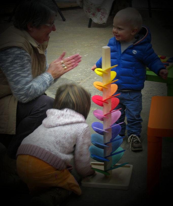La cascade sonore, objet jouet à partager entre grands-parents et petits enfants