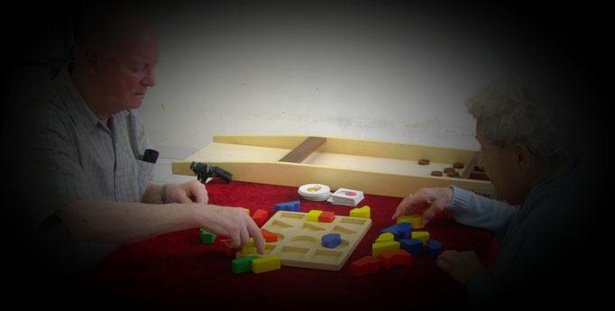 Puzzle avec des formes et couleurs à encastrer, jeu d'observation, de logique, de manipulation