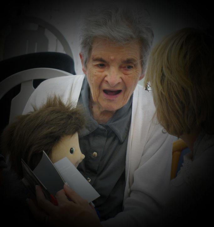 La poupée empathique, un outil transitionnel qui peut être utilisé dans une démarche thérapeutique auprès de personnes souffrant de troubles cognitifs. Il peut aider à apaiser des angoisses, à canaliser des troubles et à favoriser un bien-être global.