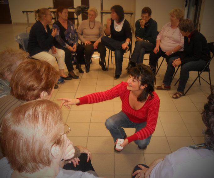 Jeu d'expression en équipe : des chansons, des poèmes à trouver et déclamer, mémoire sollicitée, souvenirs souvenirs