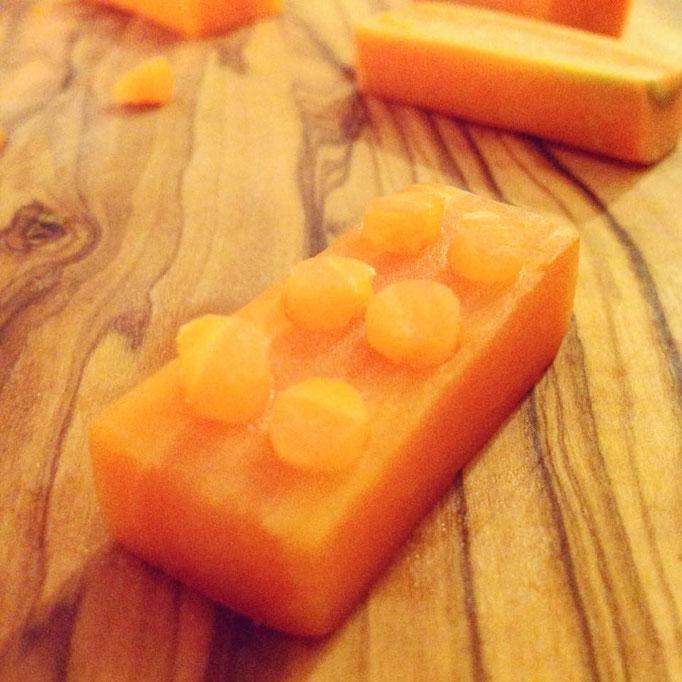 Eine fertige Möhre umgeformt als Legostein.