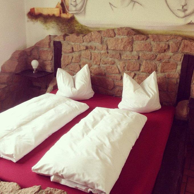 Kreative Hotelgäste dürfen sich auch schon mal ausleben und wie hier z.B. ein Steinbett für weitere Besucher bauen. Wunderbar.