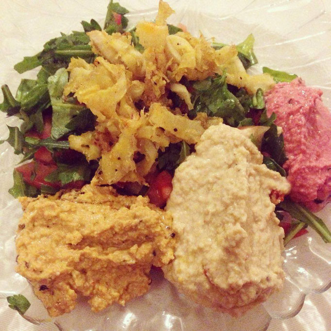 Geht immer: Salat mit Hummus-Variationen. Nicht im Bild: Leckeres Brot dazu.