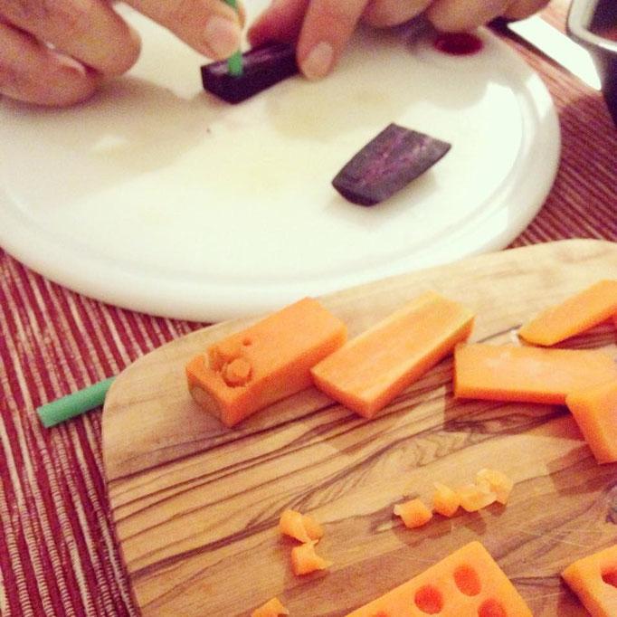 Work in progress: Mit rohen Möhren kann man kaum gut Löcher in die Stücke stanzen, ohne, dass das Gemüse bricht; die Stöpsel werden zum Schluss wieder in die Löcher gesetzt.