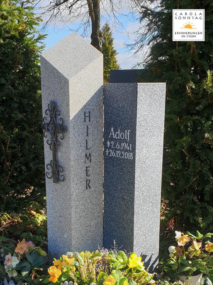 Zweifarbige Grabstelen in Fürstensteiner und Brand Hartgestein, über Eck versetzt, individuelle Schmiedearbeit