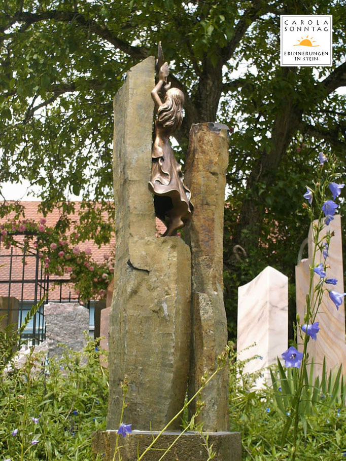 Basaltstelen mit Bronzeskulptur Taubenmädchen