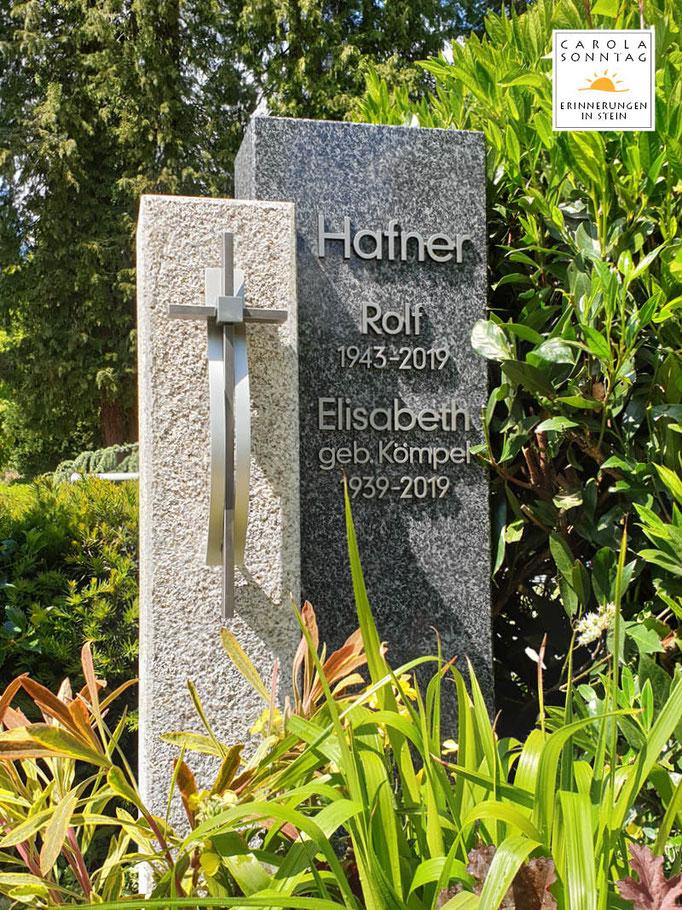 Moderner zweiteiliger Grabstein mit gestocktem bayerischem Hartgestein