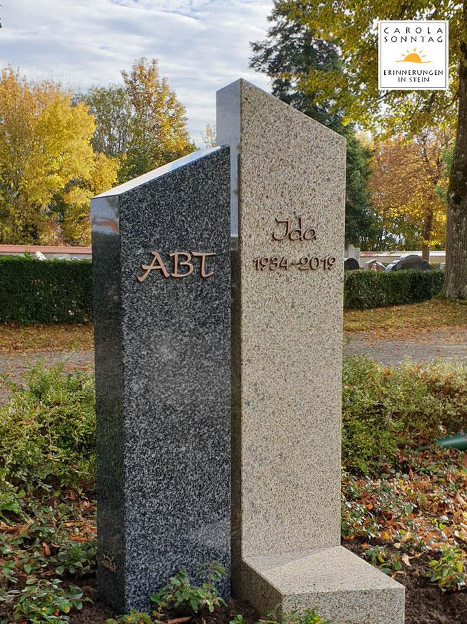 Ruhige Materialkombination aus Fürstensteiner und Brand Hartgestein mit aufgesetzter Bronzeschrift