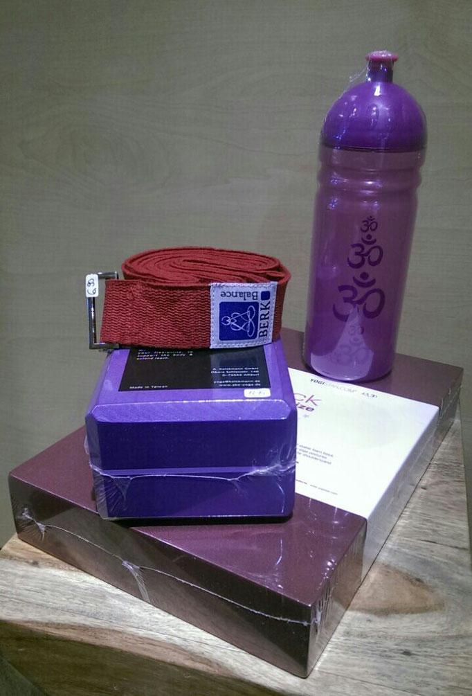 Yogablock flat 30,5 x 20 x 5 cm nur 13,90 € / Yoga Brick 22 x 11 x 7,4 cm nur 13,95 € / Yogagurt zur Untertützung bei deinen Yogaübungen 6,90 € / Trinkflasche ohne Weichmacher, Schadstoffe und BisphenolA