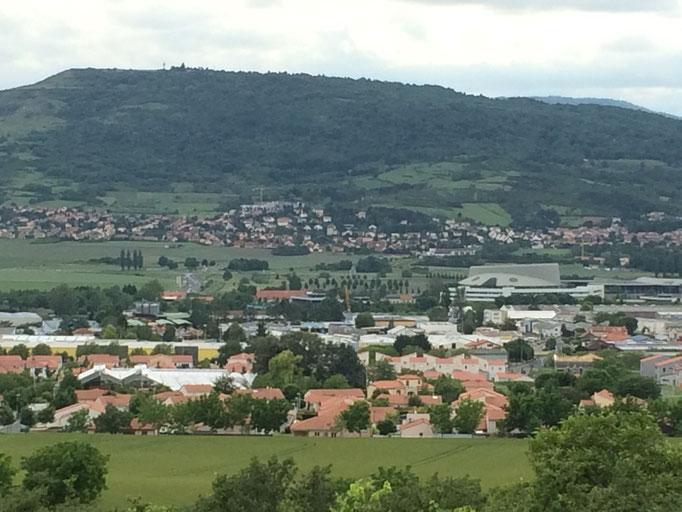 La vue sur le plateau de Gergovie et le Zénith d'Auvergne depuis le plateau du Trap, juste derrière les chambres d'hôtes de La Villa Victoria Auvergne.