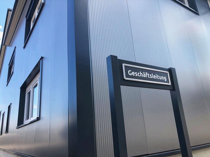 Kundenfoto: Chef-Parkplatz mit ParkSign - Parkplatzschild mit mattem Einleger aus Acrylglas - - mit Halterung Premium.