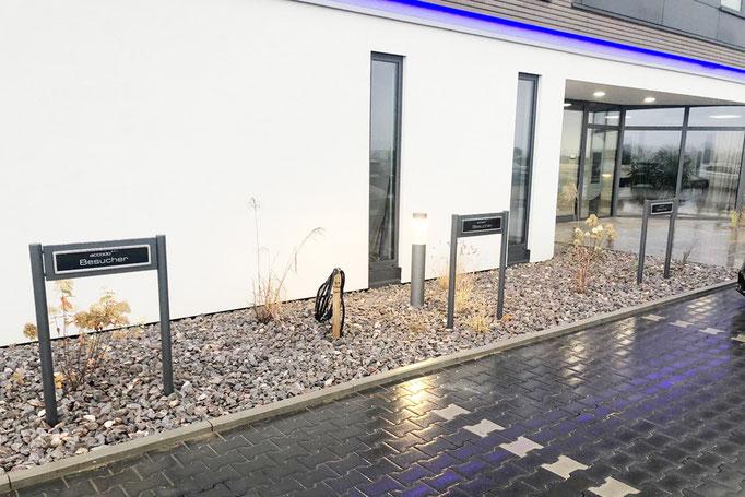 Kundenparkplatz mit Parkplatzschild mit Acrylglasplatte nach Layout.