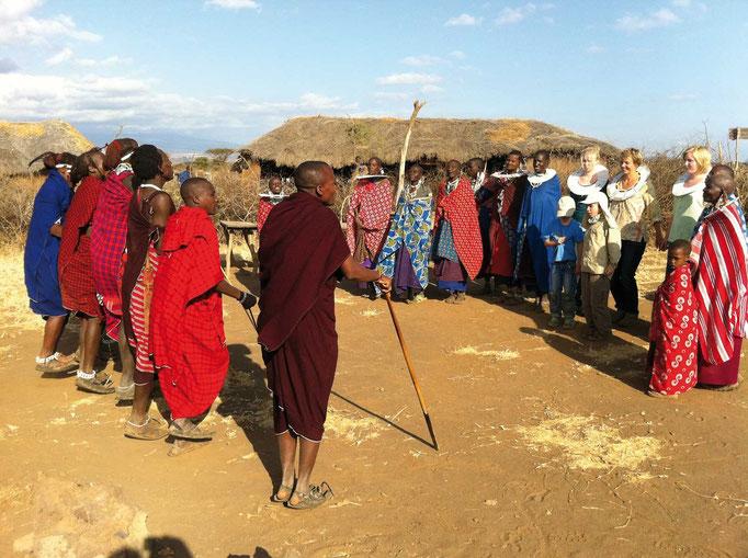 Massai in der Savanne, Kilimanjaro besteigen, Detailinfos Kilimanjaro, Auf den Kilimanjaro, Bergtour Kilimanjaro