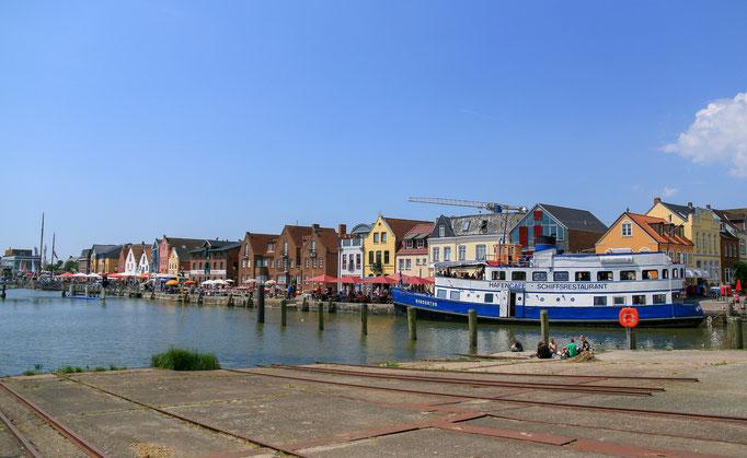 Husum - Die malerische Kulisse rund um den Hafen lädt zum Flanieren, Bummeln, Shoppen und Schlemmen ein.