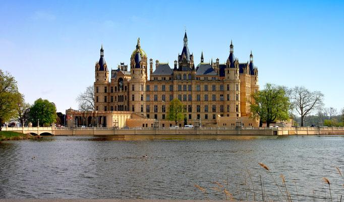 Schloss Schwerin -Einst Sitz der mecklenburgischen Herzöge beherbergt es heute den Landtag Mecklenburg-Vorpommerns und das beeindruckende Schlossmuseum. Im Burg- und Schlossgarten erwarten einen meisterliche Gartenbaukunst und herrliche Flanierwege.