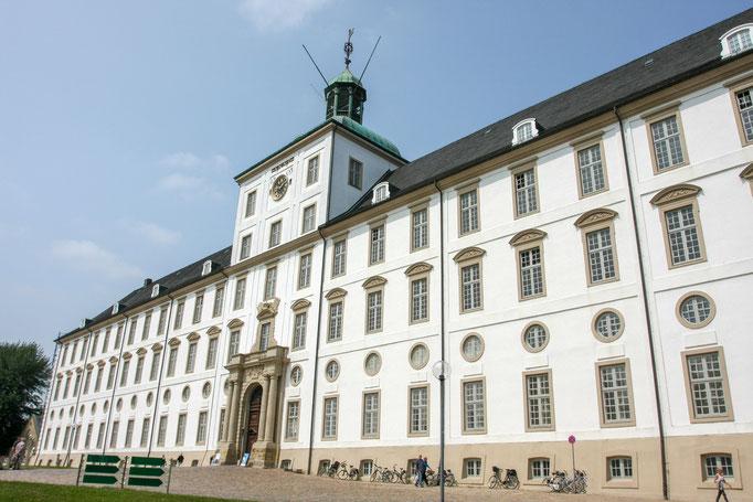 Schloß Gottorf -  eines der bedeutendsten Schlösser in Schleswig Holstein und war die Residenz dänischer Könige und schleswigscher Herzöge. Heute ist es der Sitz der Schleswig-Holsteinischen Landesmuseen für Kunst & Archäologie.