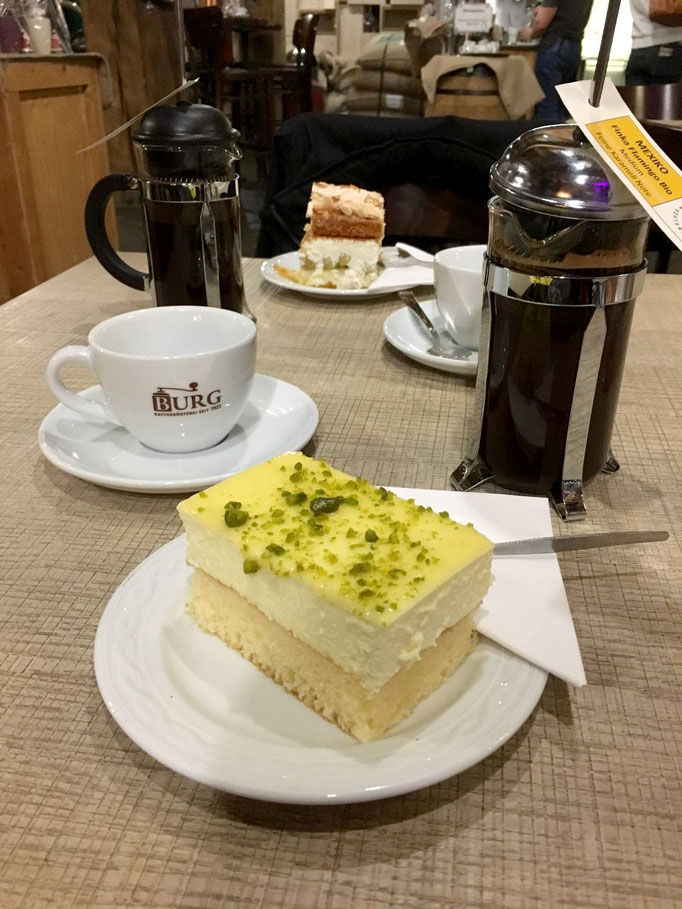 Im Café gibt es hausgemachte Kuchen und selbst gerösteten Kaffee im historischen Ambiente.